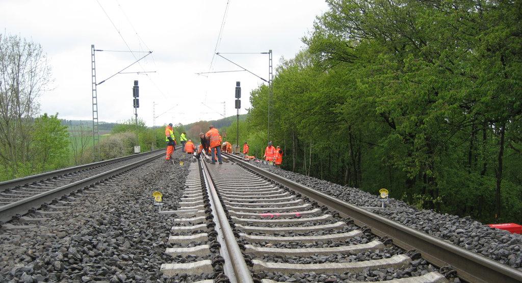 Deformationsmonitoring von Gleisanlagen mit einem Tachymeter und Prismen.
