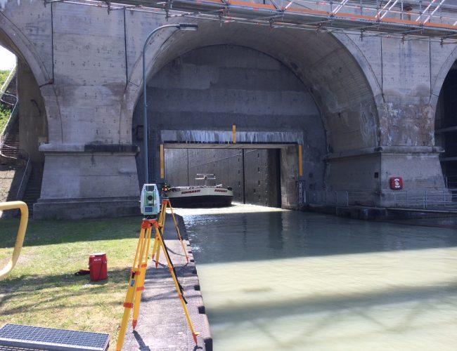 Unter Verwendung des Tachymeters TM30 von Leica wurden die 9 Beobachtungspunkte der fünf Brückenbögen der Unterhauptbrücke der Schleuse Anderten im laufenden Betrieb überprüft.
