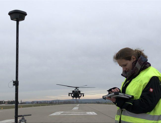 ALLSAT Ingenieur bei der Aufnahme eines Punktes auf der Landebahn mit der Leica GS18 T und der Software GART bei einem Projekt auf der US Airbase Illesheim in einem Kooperationsprojekt mit GRAVIONIC.