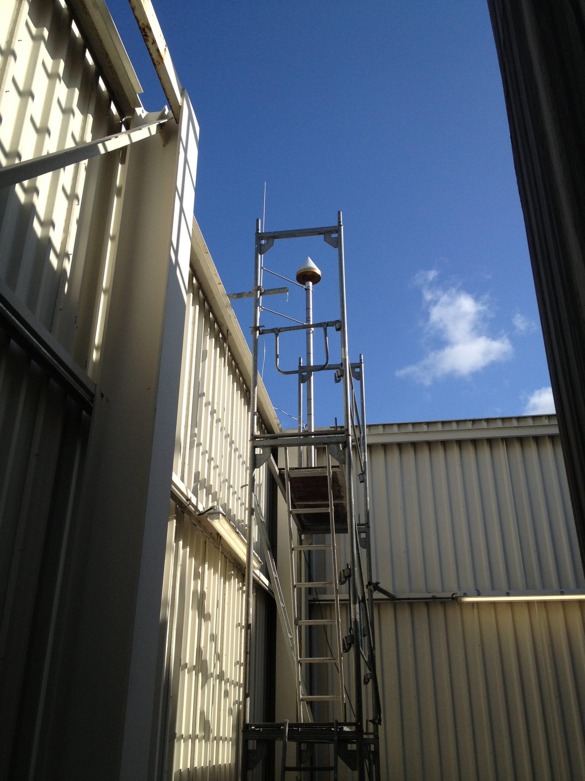 GNSS-Referenzstation am Gebäude von Continental