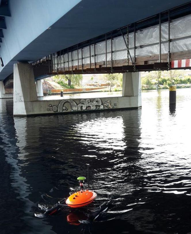 Umsetzung vom Projekt RiverView: Messfahrt unter einer Brücke in Berlin mit Tachymetertracking
