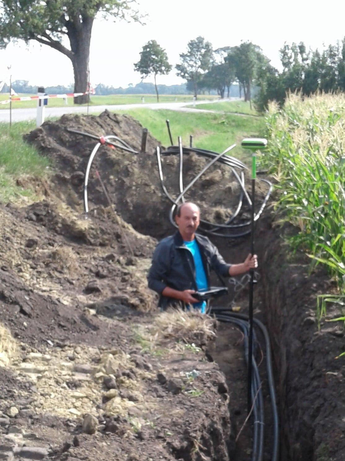 Mitarbeiter bei der Messung im Kabelkanal